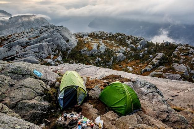 Campingplatz in den bergen. morgennebel herum.