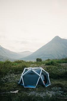 Campingzelt, aufblasbare struktur stehen auf der seite des berges, schöne und inspirierende camp-lage für outdoor-stimmung leben lebensstil