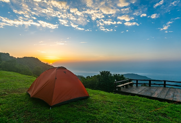 Campingzelte auf dem berg während des sonnenaufgangs in chiang rai, thailand.