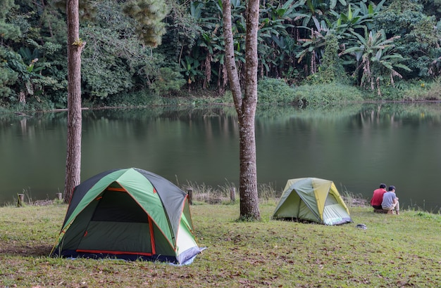 Campingzelte nähern sich see bei pang oung in mae hong son, thailand