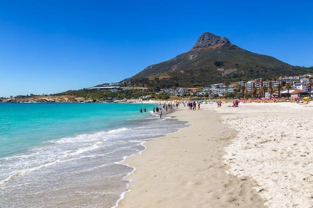 Camps bay schöner strand mit türkisfarbenem wasser und bergen in kapstadt, südafrika