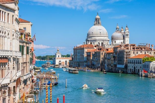 Canal grande mit basilika santa maria della salute im hintergrund, venedig, italien