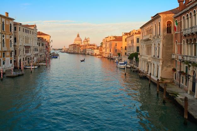 Canal grande und basilika santa maria della salute im morgengrauen