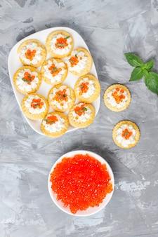 Canape mit rotem kaviar für party.