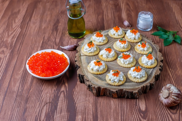 Canape mit rotem kaviar für party.