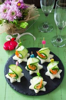 Canape mit weißbrot, gurke, ricotta und königlicher garnele auf einem festlichen tisch. valentinstag konzept oder hochzeit.