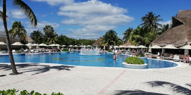 Cancun, mexiko 25. märz 2020: mexikanischer resortpool an sonnigen tagen