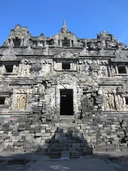 Candi sari oder sari tempel ist ein buddhistischer tempel in yogyakarta, indonesien.
