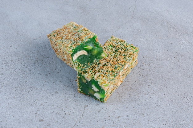 Candy beschichtete türkische köstlichkeiten auf marmorhintergrund.
