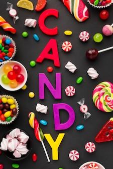 Candy schriftzug mit leckeren süßigkeiten herum