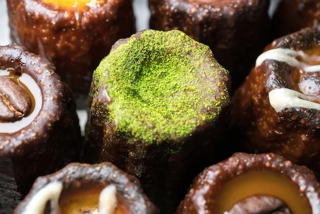 Caneles de bordeaux ist ein kleines gebäck mit rum und vanille, einem traditionellen französischen süßen dessert.