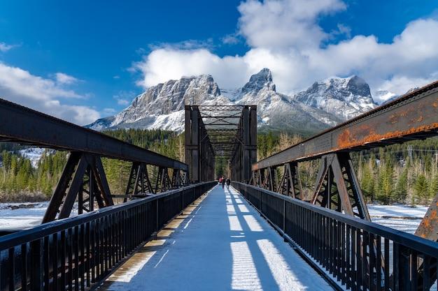 Canmore engine bridge in der frühen wintersaison an einem sonnigen morgen. landschaft in alberta, kanada.
