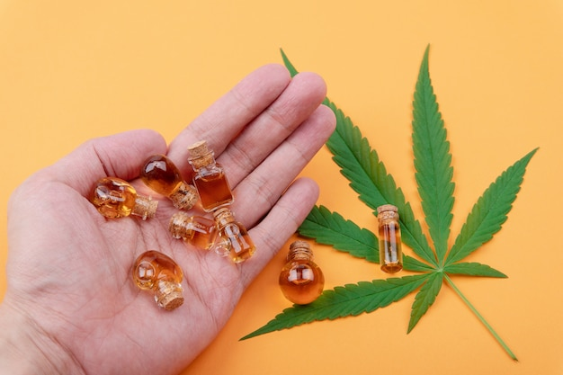 Cannabis, cannabisölextrakte in gläsern