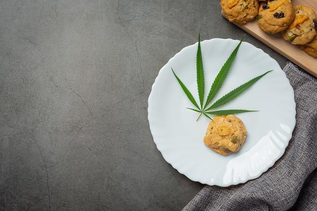 Cannabis-keks und cannabisblatt auf weißen teller gelegt