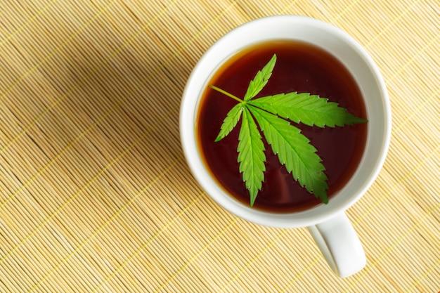 Cannabis kräutertee und marihuana blätter