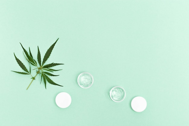 Cannabis-schönheitsprodukte, die natürliche inhaltsstoffe pflanzlichen ursprungs enthalten.