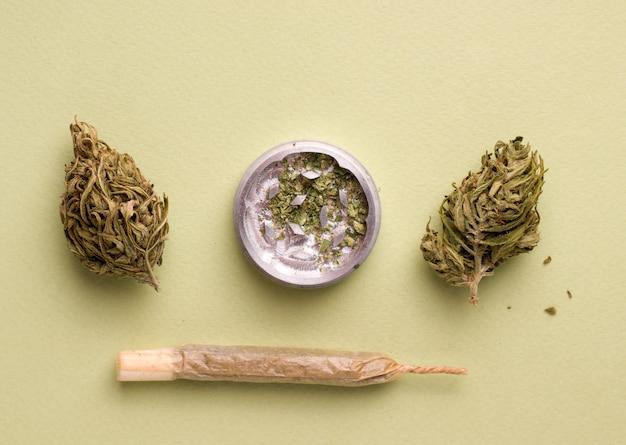 Cannabis-zigarette auf grünem hintergrund