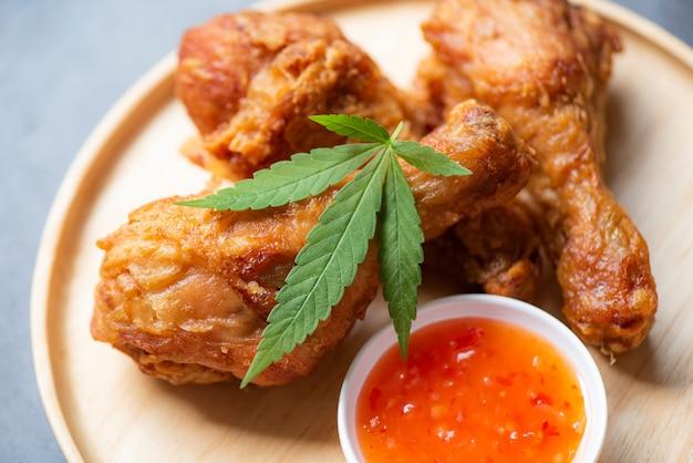 Cannabisnahrungsmittel-naturkräuterkonzept, gebratenes hühnerbein auf teller