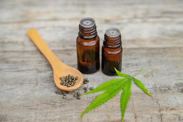 Cannabisöl in einer kleinen flasche