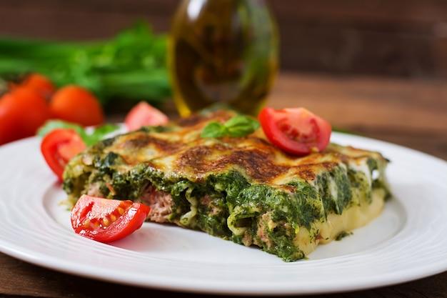 Cannelloni mit rindfleisch-spinat-sauce