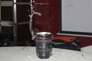 Canon objektiv der kamera mit wasser