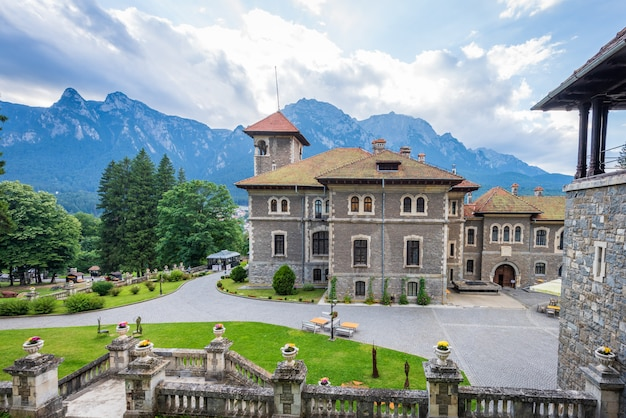Cantacuzino-schloss in busteni-stadt