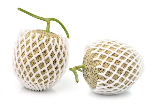 Cantaloupe im netzbeutel, isoliert auf weiß.