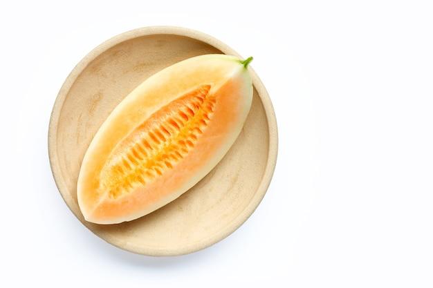 Cantaloupe-melone auf weißem hintergrund