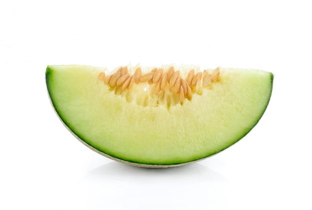 Cantaloupe melone in scheiben geschnitten isoliert auf weiß