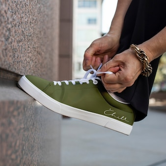 Canvas sneakers grünes modell schnürsenkel binden bekleidung anzeige