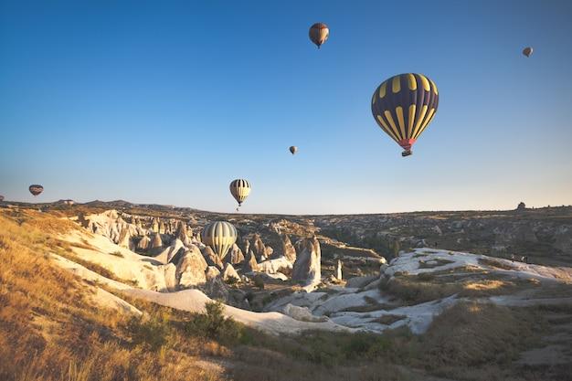 Cappadocia-tal bei sonnenaufgang