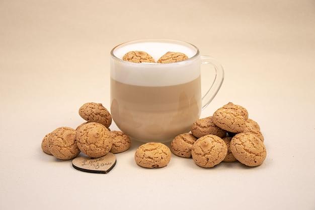 Cappuccino gewürzt und lecker mit mandelkeksen aus der luft