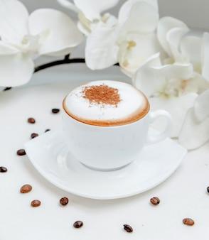 Cappuccino-glas auf dem tisch