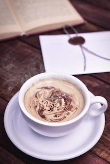 Cappuccino in einer weißen tasse mit einer untertasse