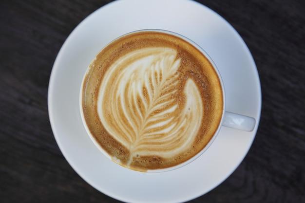 Cappuccino-kaffee auf holzhintergrund