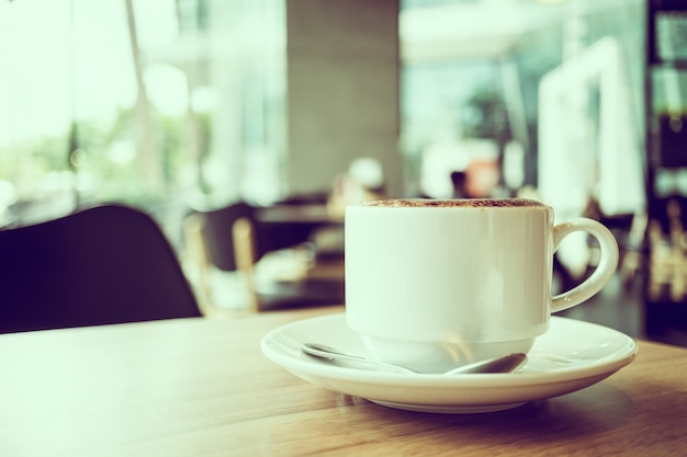 Cappuccino-kaffee in weißer tasse