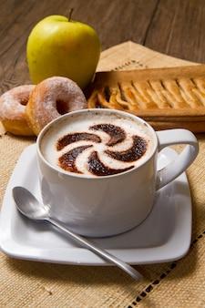Cappuccino mit donuts und strudel