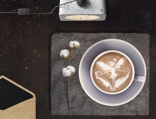 Cappuccino mit einer fee, baumwolle, uhr und einem umschlag