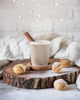 Cappuccino mit zimt in einer tasse