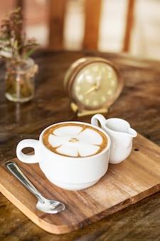 Cappuccino- oder lattekaffee mit blumenform, kaffeeliebhaber, kaffee für hintergrund