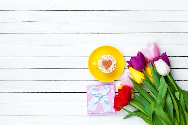 Cappuccino und geschenkbox