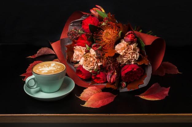 Cappuccino und schöne blumenstrauß stillleben. blumenladen zusammensetzung. kaffeetasse