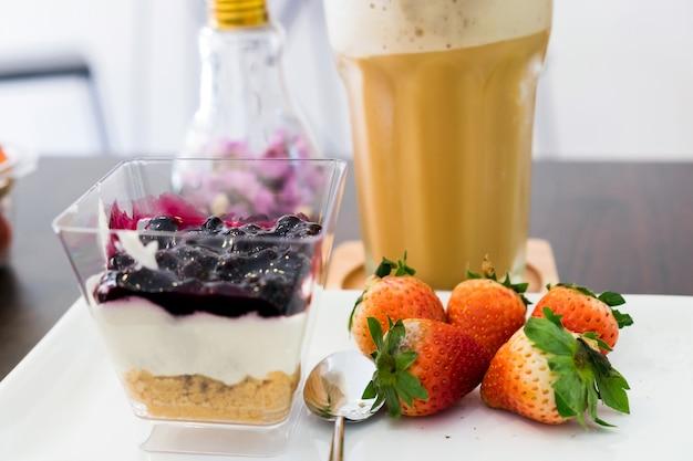 Cappuccinokaffee-blaubeernachtisch und -erdbeere