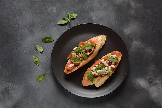 Caprese bruschetta toast mit kirschtomaten, mozzarella.