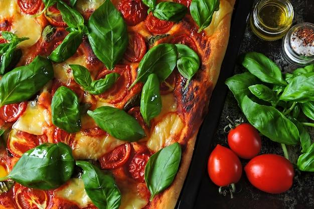 Caprese pizza. keto-diät. keto-pizza.