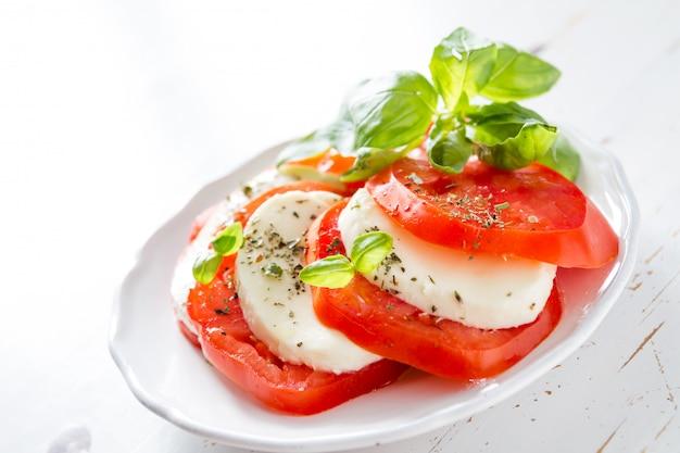 Caprese salat auf weißer platte, nahaufnahme