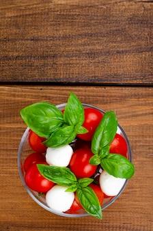 Caprese-salat im glas. studiofoto.