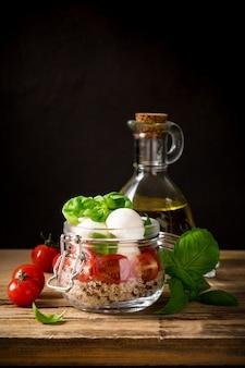 Caprese-salat im glas.