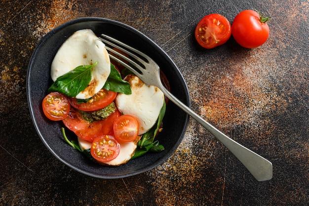 Caprese-salat mit kirschtomaten und pfeffer