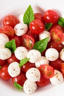 Caprese salat mit mozzarella tomaten und basilikum